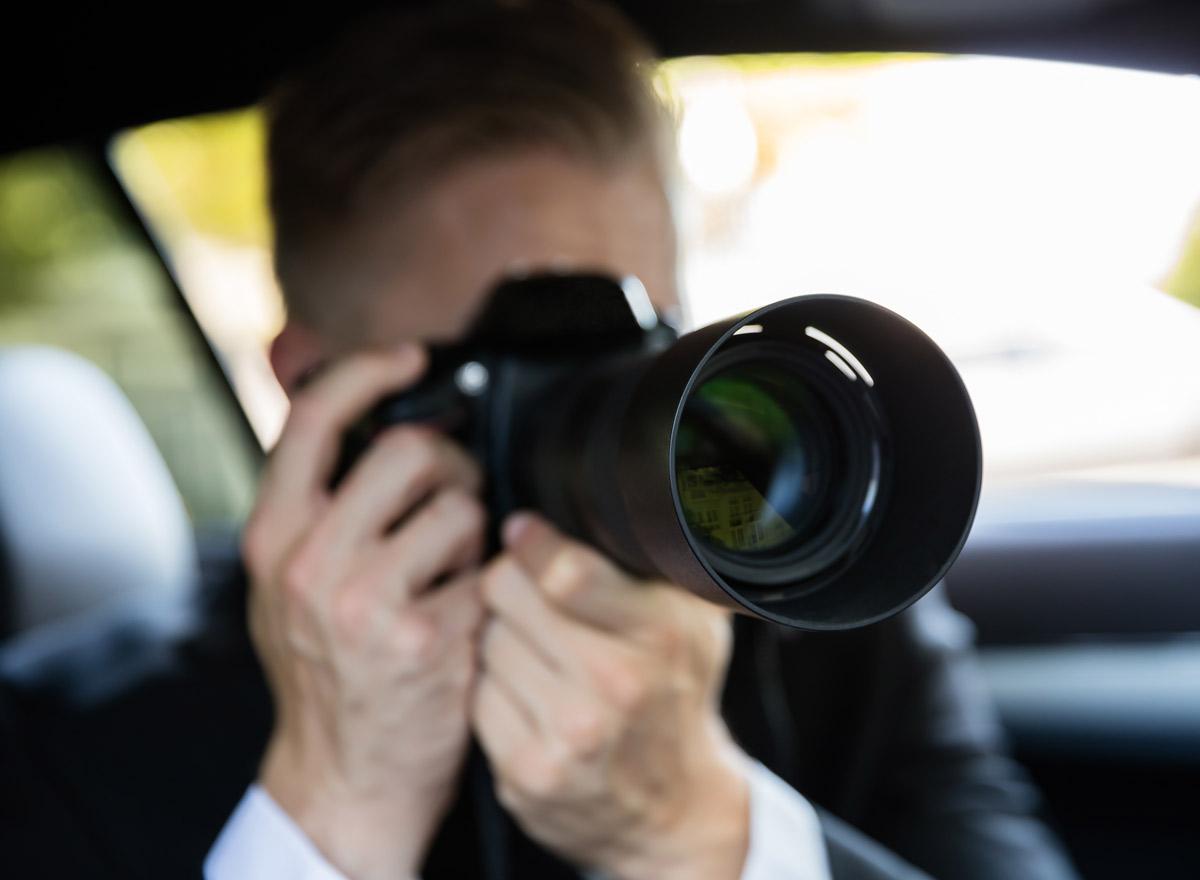 Detektiv observiert Zielperson